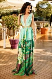 rochie de seara cu imprimeu floral si accesoriu auriu in talie