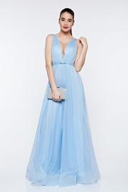 rochie lunga albastra-deschis de lux din tul captusita pe interior cu decolteu adanc