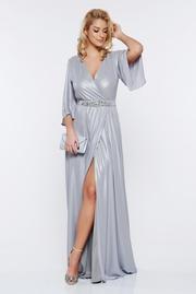 rochie lunga argintie de seara petrecuta cu aspect metalic accesorizata cu cordon