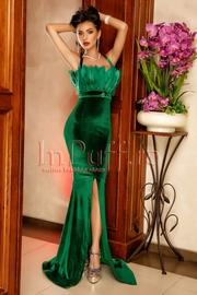 rochie lunga catifea verde si pene