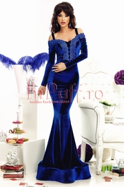 rochie lunga din catifea albastra si dantela in zona bustului
