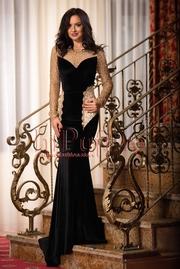 rochie lunga neagra din catifea accesorizata cu dantela aurie