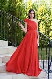 rochie lunga rosie de ocazie din voal pe umar