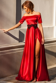 rochie lunga rosie de ocazie in clos din material satinat cu aplicatii de dantela