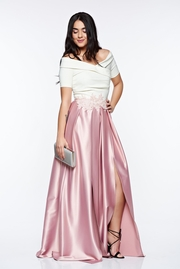 rochie lunga roz de ocazie din material satinat cu insertii de broderie