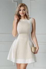 rochie scurta alba de ocazie cu insertii aurii