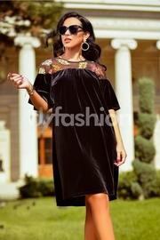 rochie scurta din catifea neagra cu broderie colorata