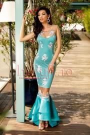 rochie turcoaz tip sirena cu broderie florala